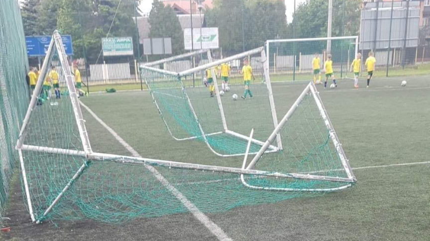 Zniszczenia na boisku